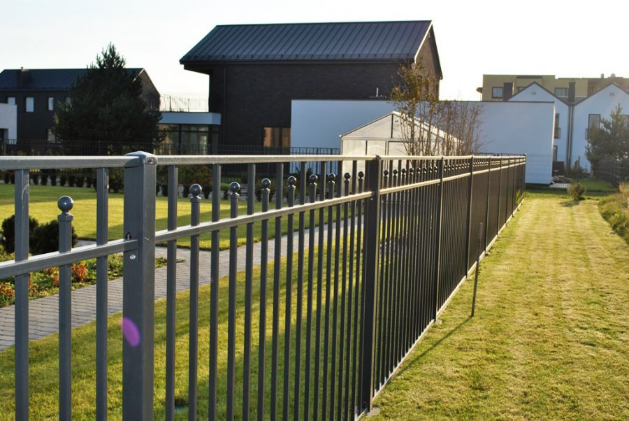 забор с изогнутым участком фото